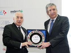 TOSYÖV Yönetim Kurulu Başkanı Yalçın Sönmez, zirveye katkılarından dolayı İSO Başkanı Erdal Bahçıvan'a bir plaket verdi.