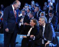 G20 Zirvesi'ne katılan İSO Başkanı<br />Erdal Bahçıvan, Güler Sabancı ve Muhtar Kent ile sohbet ediyor.