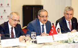Soldan sağa İSO Başkan Yardımcısı İrfan Özhamaratlı, Gümrük ve Ticaret Bakanlığı Müsteşarı Cenap Aşcı, İSO Başkanı Erdal Bahçıvan
