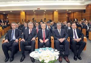 Soldan: İstanbul Vergi Daire Başkanı Bekir Bayrakdar, İSO Yönetim Kurulu Başkanı Erdal Bahçıvan, Maliye Bakanı Naci Ağbal,Gelir İdaresi Başkanı Adnan Ertürk,İstanbul Defterdarı Fahrettin Özdemirci