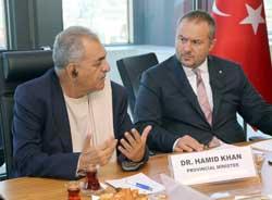 >İSO Yönetim Kurulu Üyesi Serdar Urfalılar (Sağda), Belucistan Eyalet Bakanı Dr. Hamid Khan (Solda)