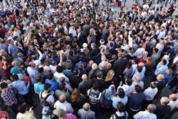 Taksim Meydanı'nda Demokrasi Şehitleri Anıtı'na Karanfil Bırakıldı