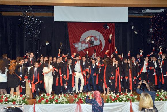 İSO Vakfı Öğrencileri, Düzenlenen Törenle Mezuniyet Belgelerini Aldı