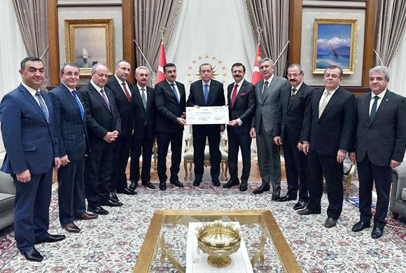 TOBB Başkanı Rifat Hisarcıklıoğlu Demokrasi Şehitleri İçin Toplanan Bağışı Cumhurbaşkanı Erdoğan'a Takdim Etti